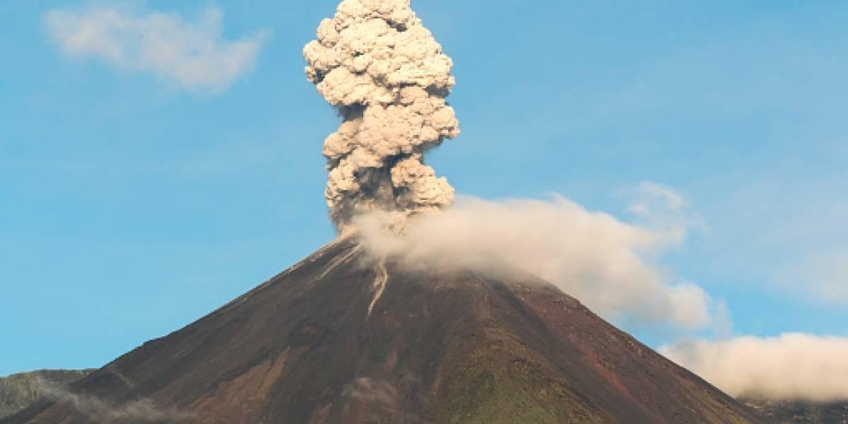 Volcán Reventador emana columna de vapor y ceniza de mil metros
