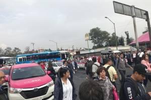 Taxistas bloquean avenida Jalisco a la altura de Metro Tacubaya
