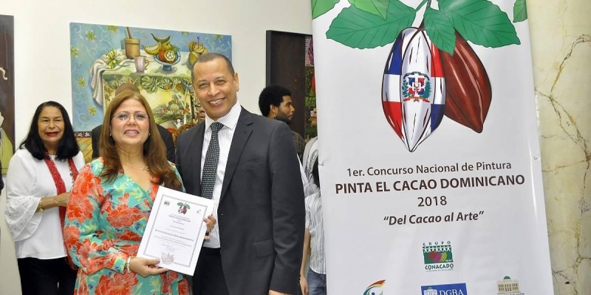 """Brenda Pérez de Suero, Francisco Tiburcio y Pancracio Almonte, ganadores del primer concurso """"Pinta el cacao dominicano"""""""