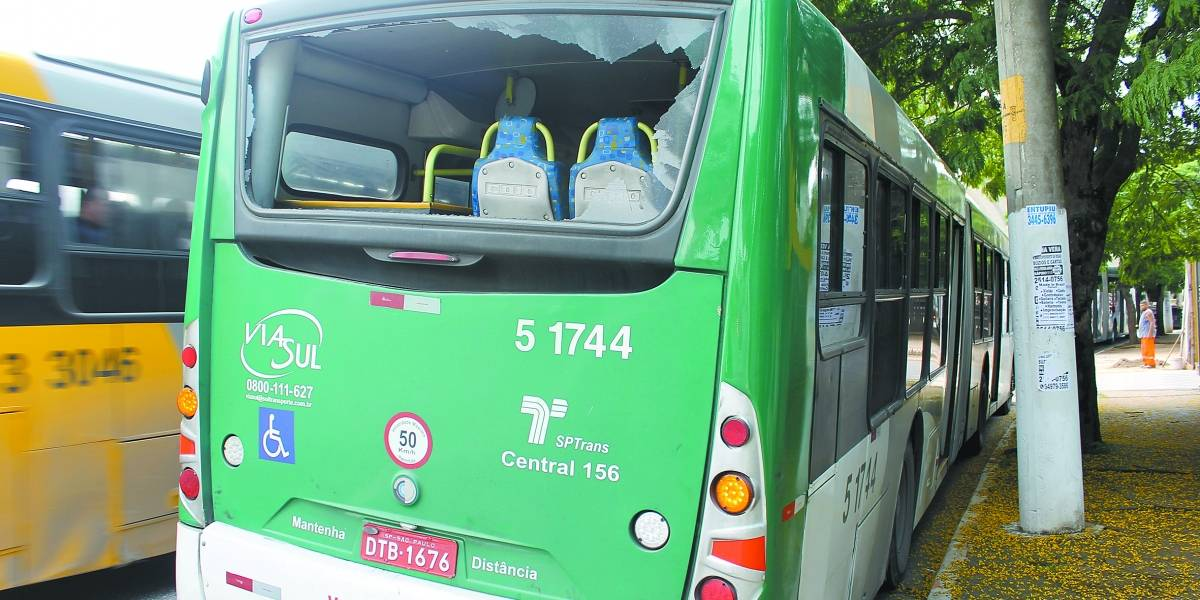 Ataques com bolinhas de gude e pedras já quebraram 155 ônibus