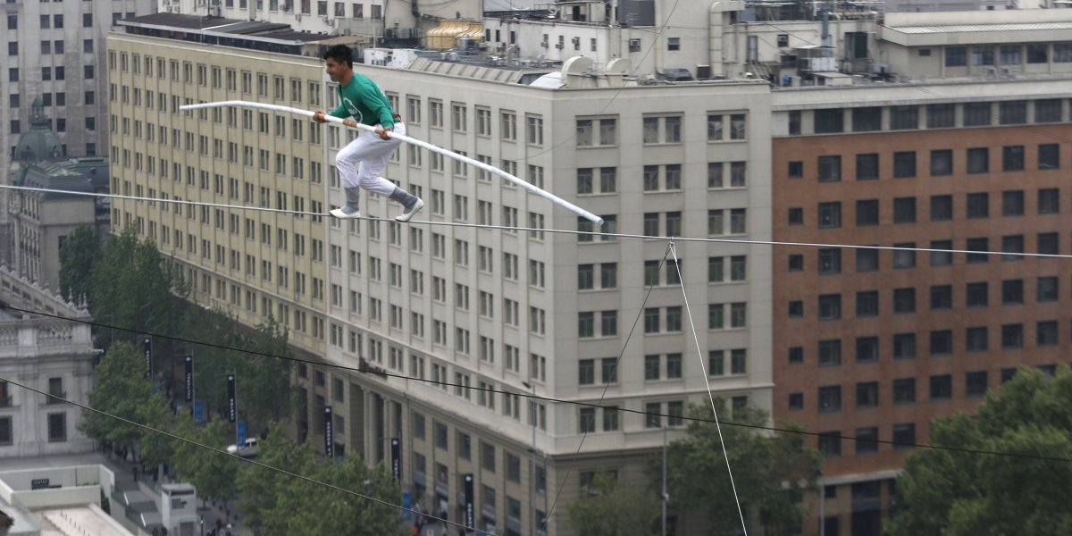 Ni se despeinó: Acróbata marroquí cruzó el Paseo Bulnes a 50 metros de altura