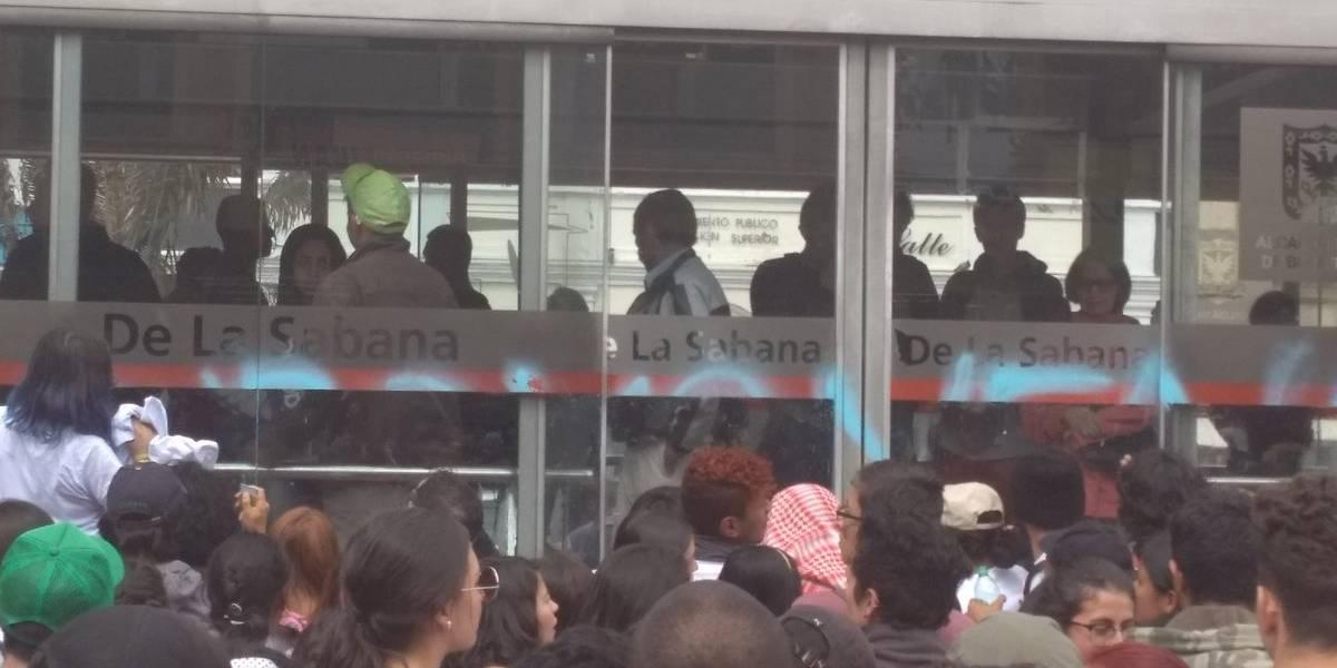 Limpiando las estaciones de TransMilenio: así responden los estudiantes en marcha