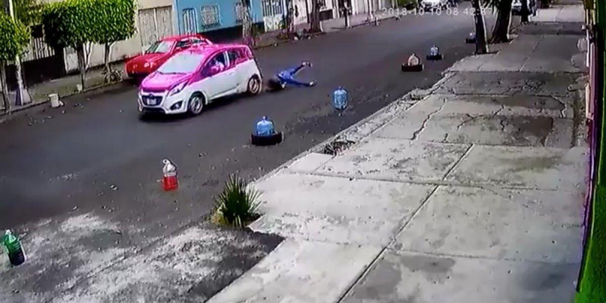 Taxi arrastra a mujer en calles de la Ciudad de México