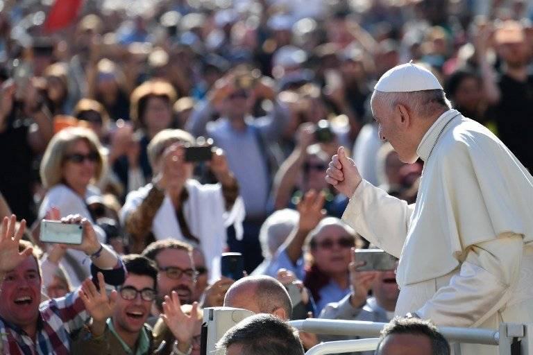 Papa Francisco saludando a los fieles en El Vaticano