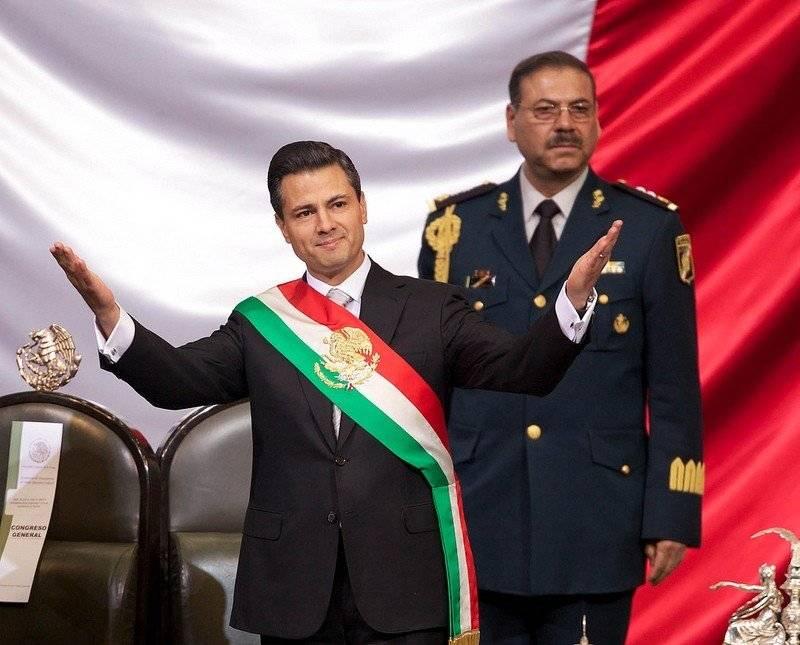 El ex presidente Enrique Peña Nieto resguardado por un elemento del EMP Foto: Presidencia