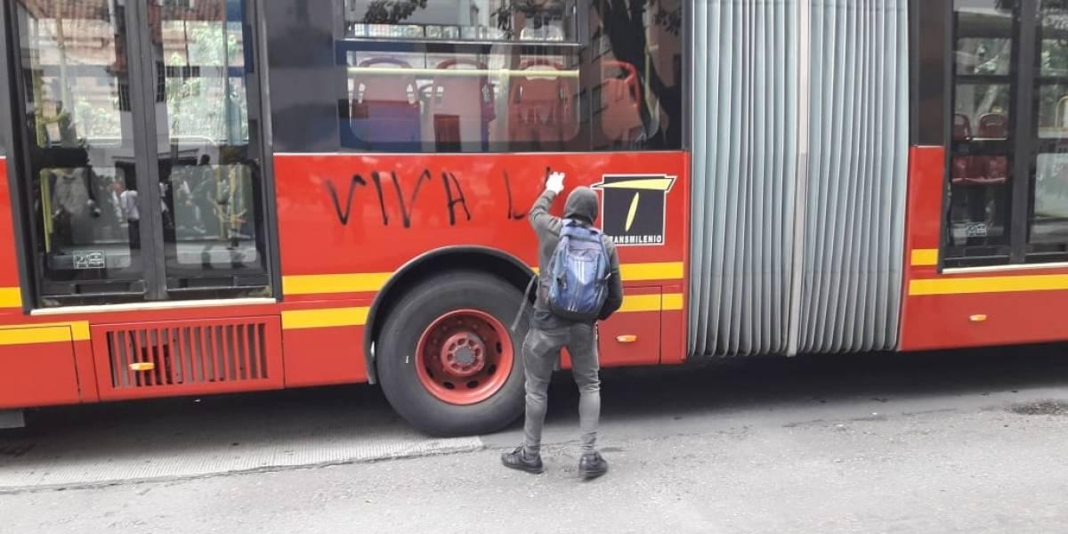 En medio de marchas de estudiantes, atacan buses de TransMilenio y la sede de RCN