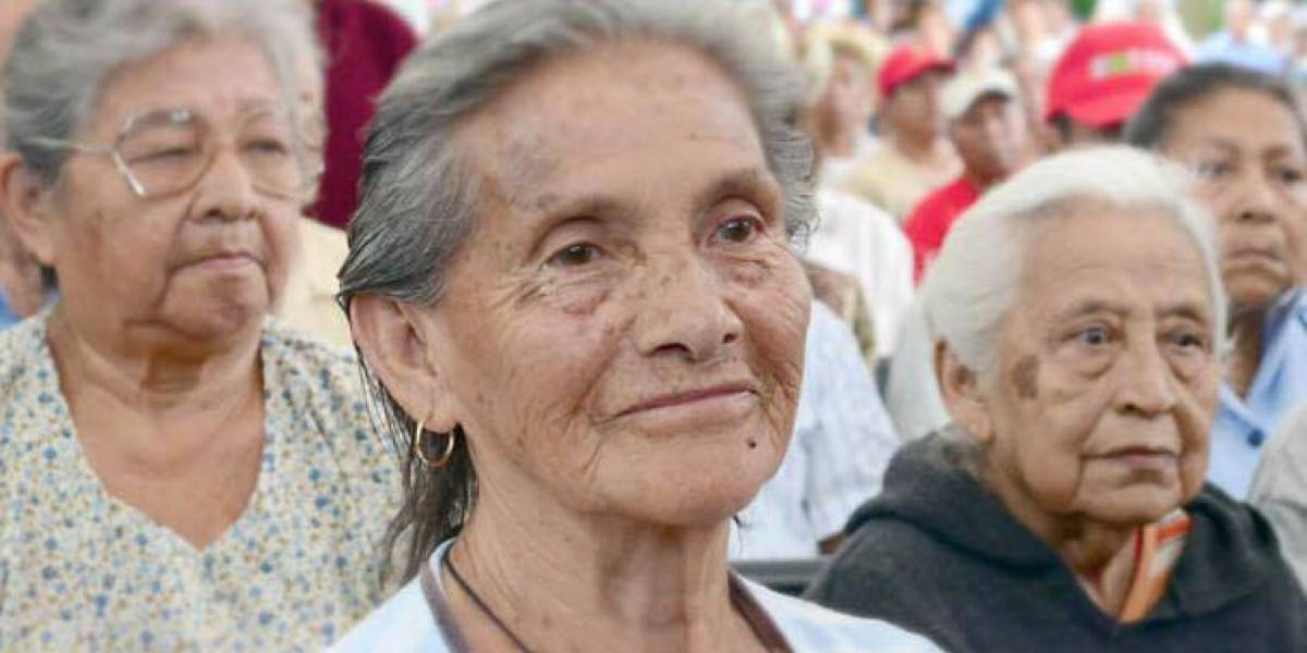 Apoya Juan Carlos Lecumberri fundación de adultos mayores