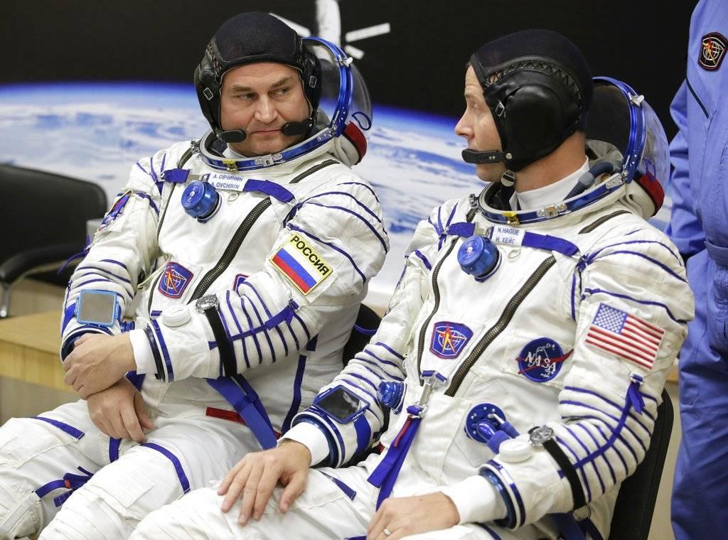 El astronauta estadounidense Nick Hague (derecha) y el cosmonauta ruso Alexey Ovchinin hablan antes de despegar a bordo de una cápsula Soyuz MS-10 hacia la Estación Espacial Internacional AP