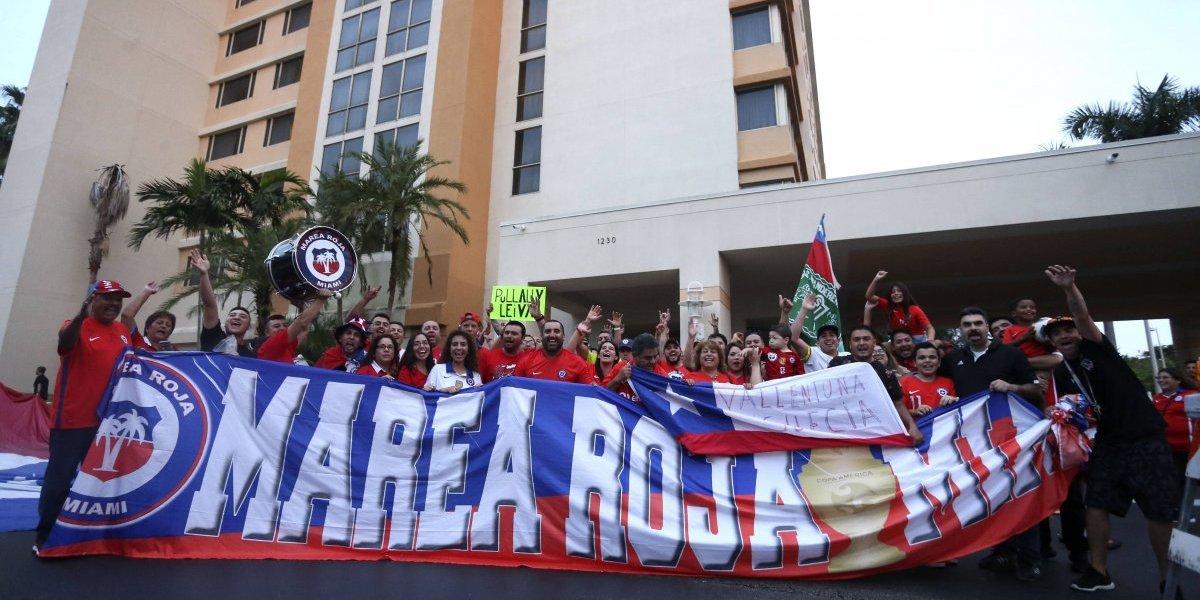 La infaltable Marea Roja apareció hasta en Miami y alentó a la Roja con un banderazo