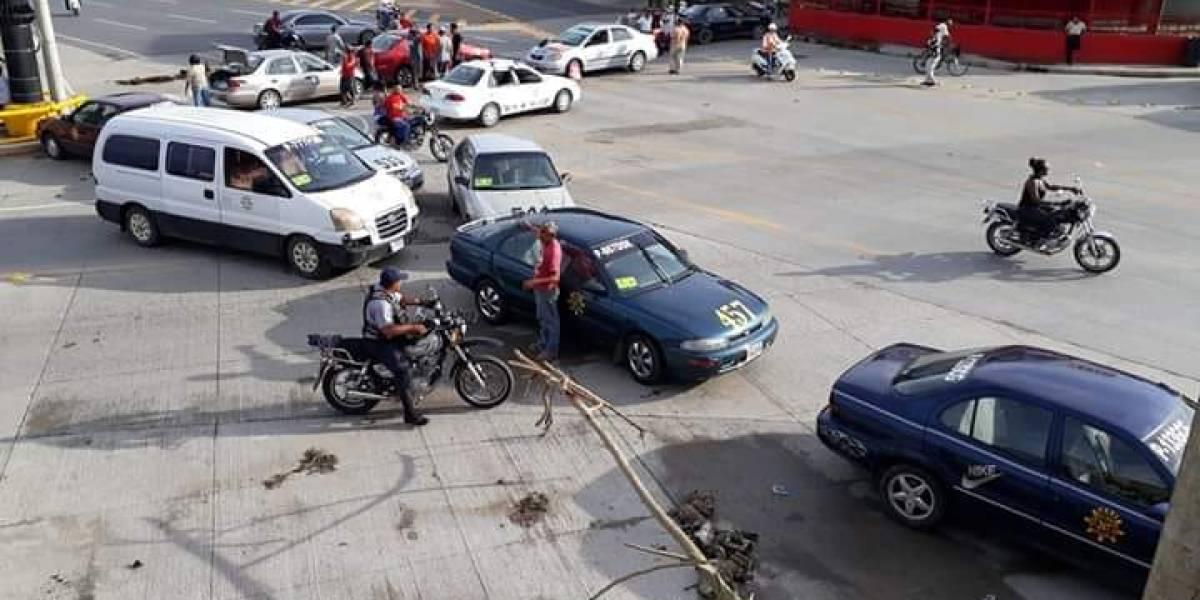 Bloqueo de taxistas en Puerto Barrios cumple más de 24 horas