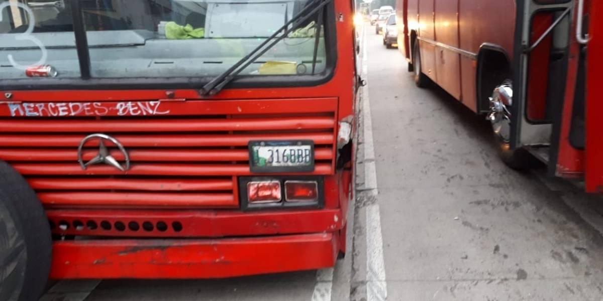 Autobús al que le explotó una llanta obstaculiza el paso en la zona 6