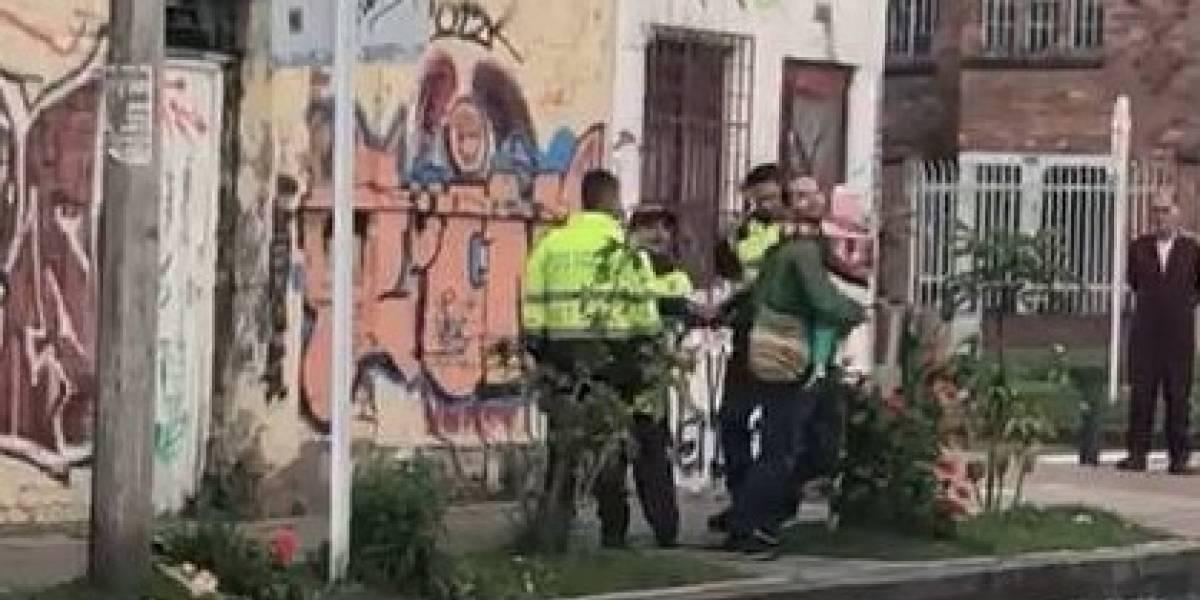 Padre y su hija de 2 años fueron intimidados por policías buscando drogas