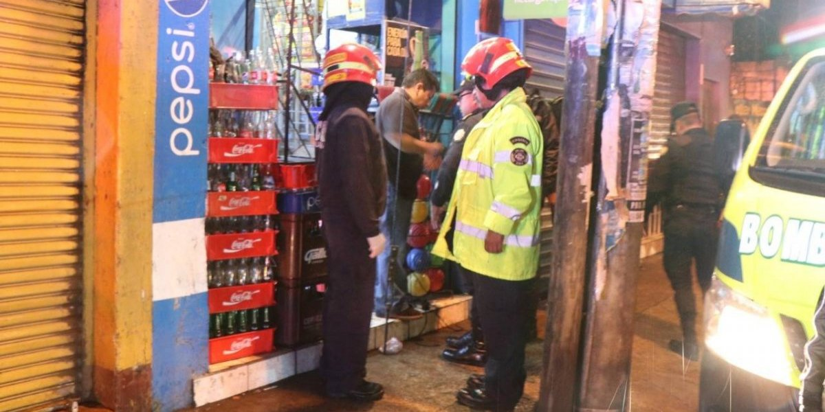 Tras ser atacado a balazos, hombre muere dentro de tienda en Mixco