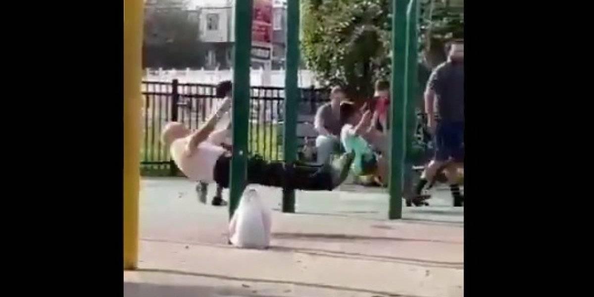 El video de un abuelo disfrutando como un pequeño en un columpio se hace viral