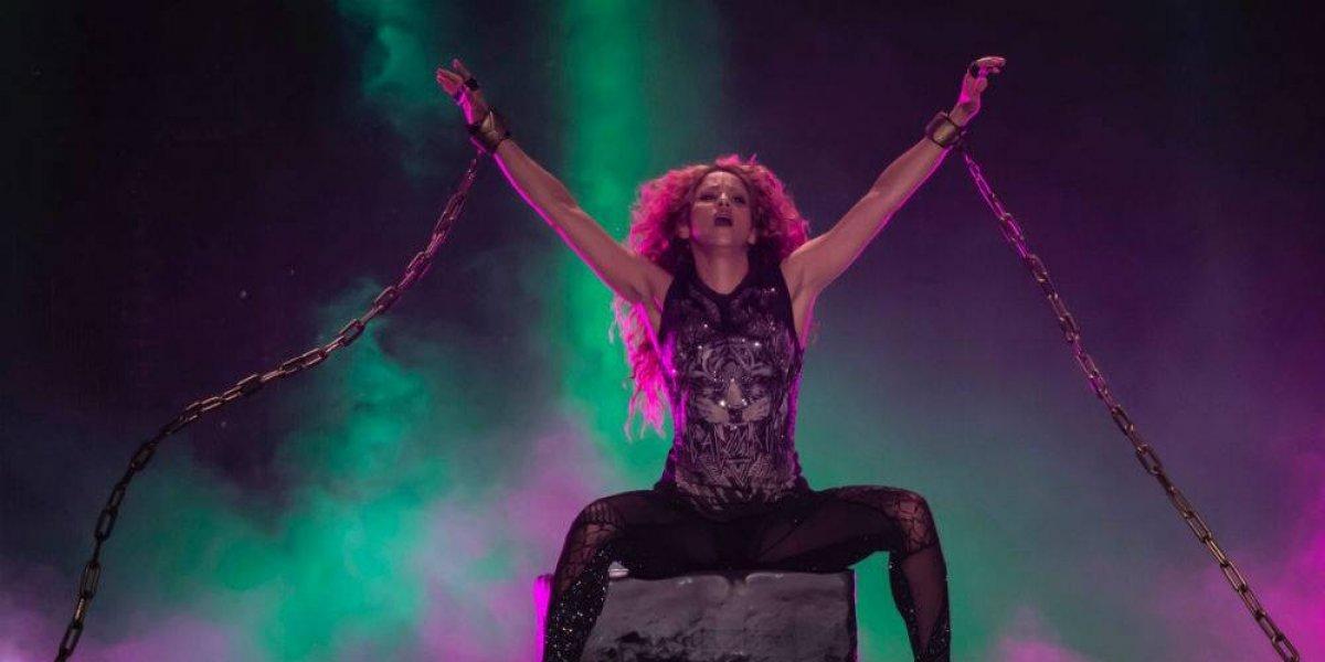 Con una hora de retraso Shakira sale a cantar al Azteca
