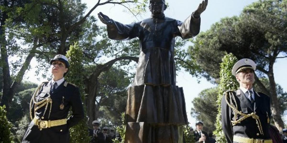 Inauguran en Roma estatua dedicada a monseñor Romero, el santo de los pobres