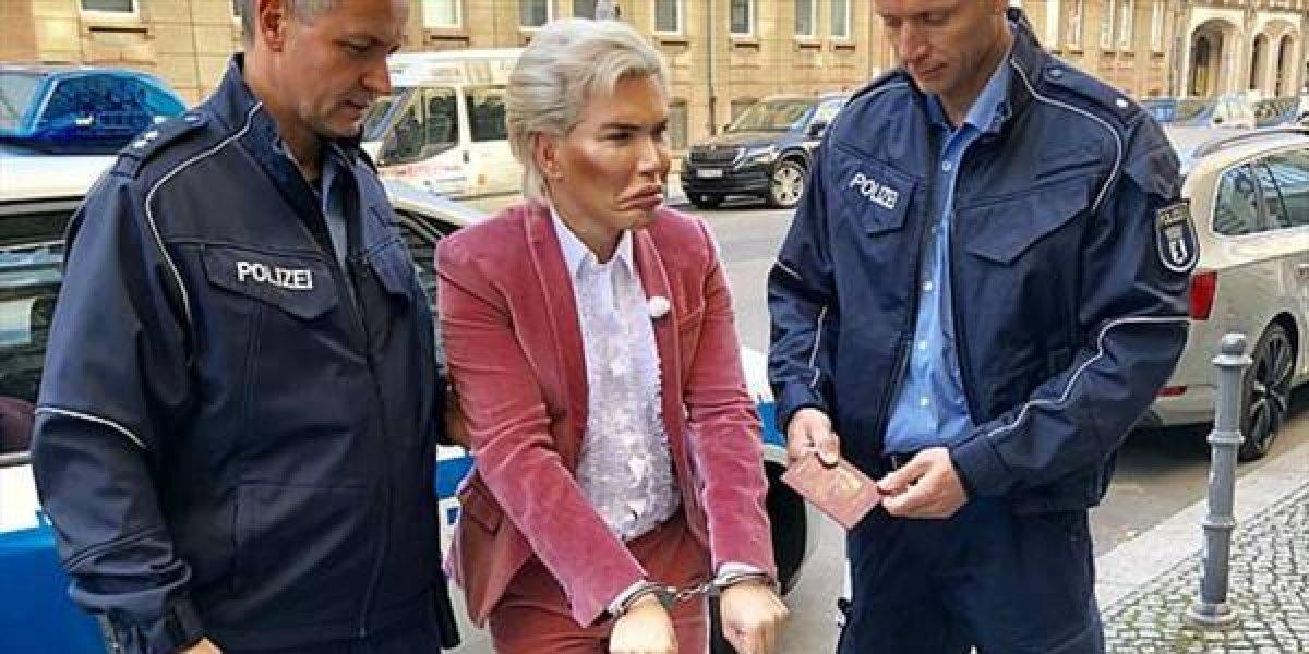 Se le olvidó un pequeño detalle: Ken humano es detenido en Berlín por no parecerse a la foto de su pasaporte