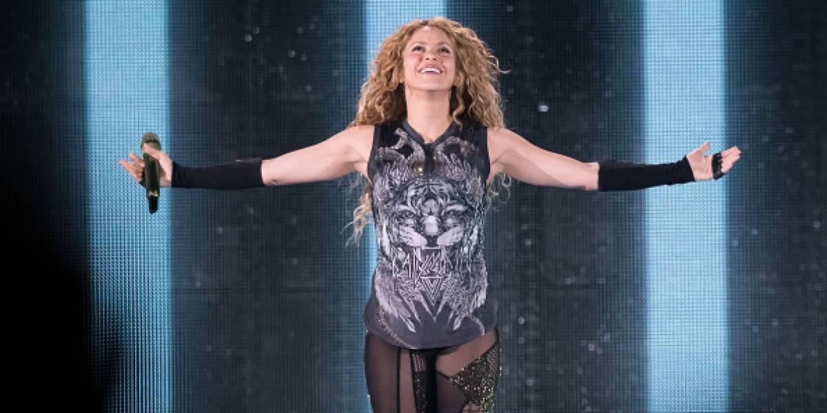 Fanático de Shakira sube al escenario durante el concierto en el estadio Azteca, México