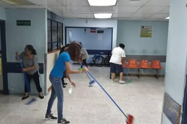 Personal del Hospital General limpia el área de Emergencia.
