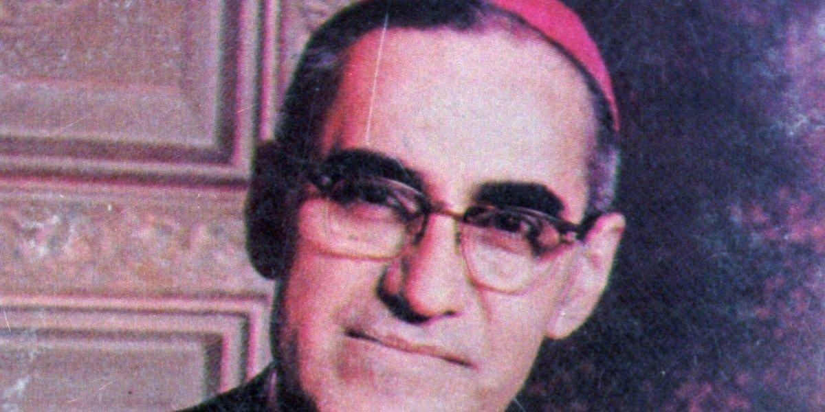 """El """"guerrillero con sotana"""" y su sangriento funeral: el camino que llevó a monseñor Romero a la canonización"""