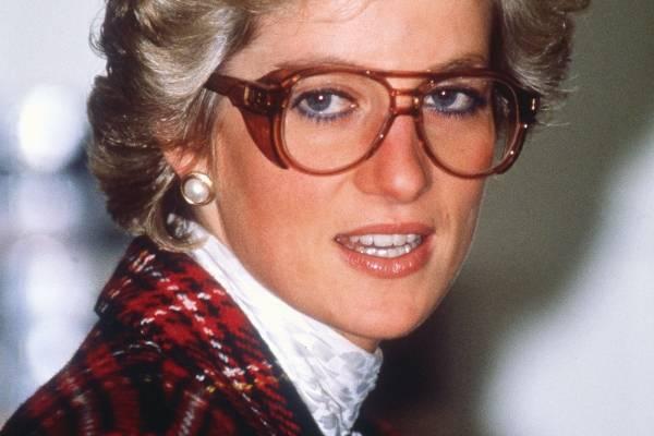 e4cded4cc7 Si hay algo que debemos recordar, es que la Princesa Diana impuso varias  tendencias de moda y una de ellas fue los lentes sin aumento