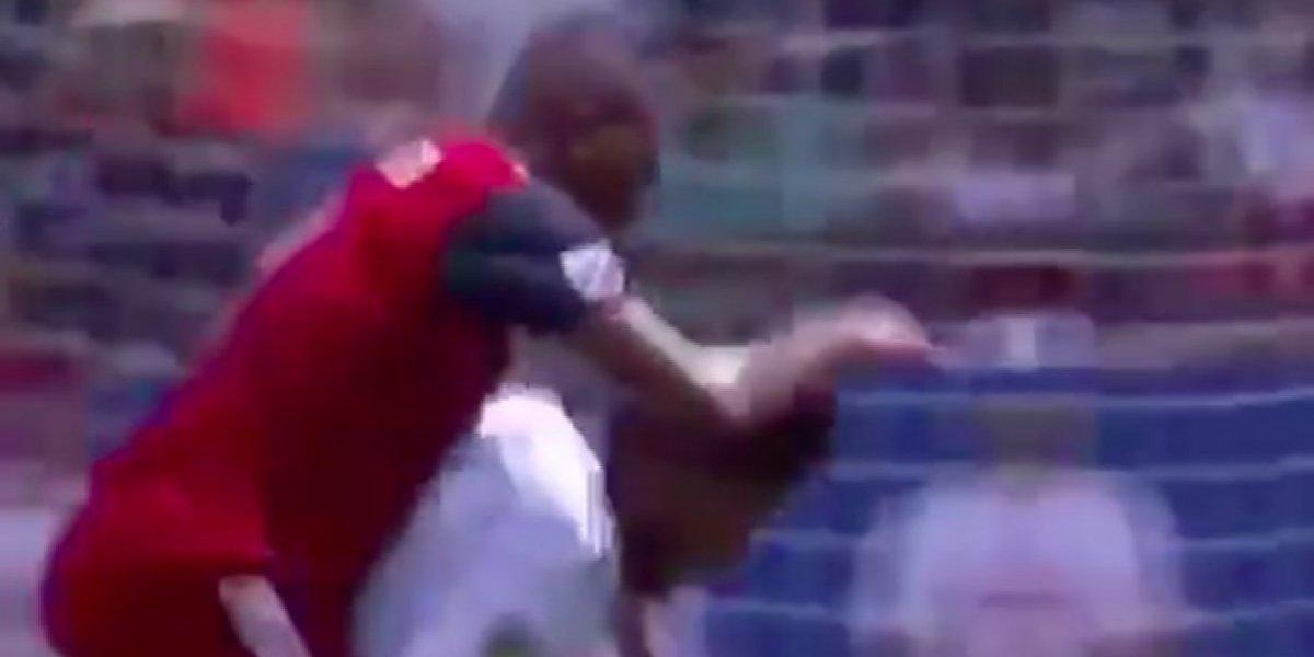 VIDEO: Jonathan dos Santos carga de 'caballito' a su rival en pleno partido