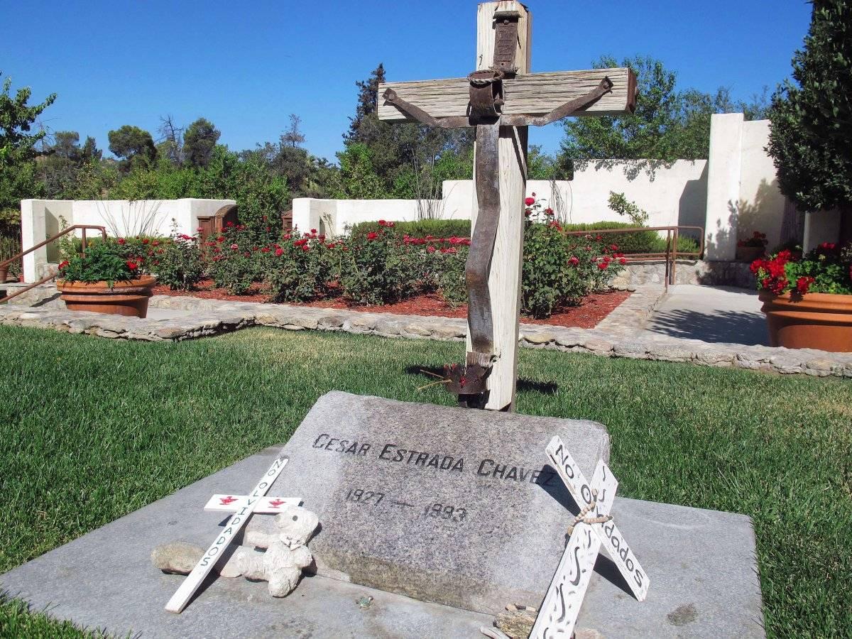 Foto del 2 de octubre del 2012 de la tumba del líder sindical chicano César Chávez en Keene, California. El sitio donde nació Chávez en Yuma, Arizona, está prácticamente abandonado. (Foto AP / Gosia Wozniacka, Archivo)