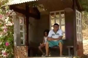 Pai constrói casinha para filha não tomar chuva enquanto espera ônibus