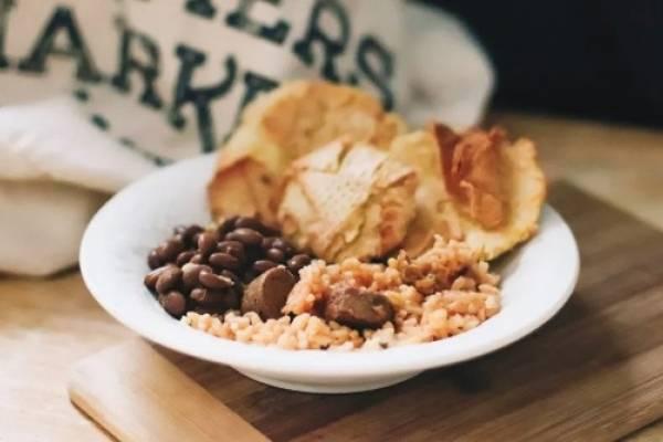 arroz con salchichas