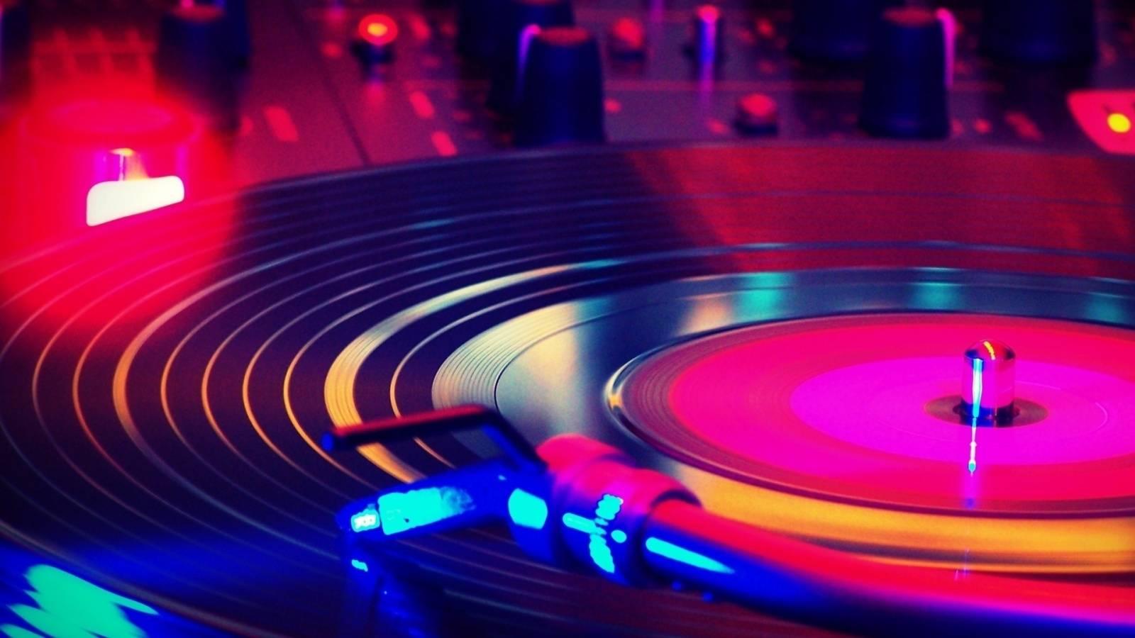 vinylplaying1600x900-25f33e54723f74f6d90a0c86eab60cec.jpg