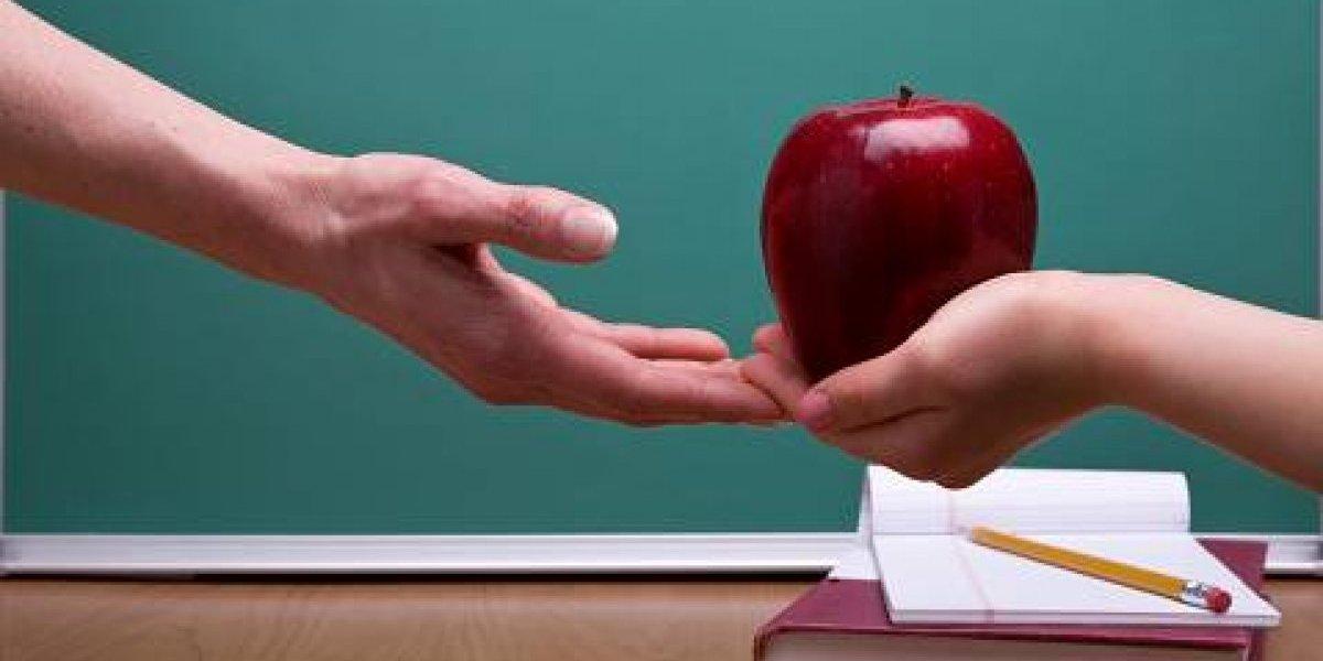 ¡Todas las manzanas del mundo para ustedes!: Google y Twitter conmemoran el Día del Profesor en Chile
