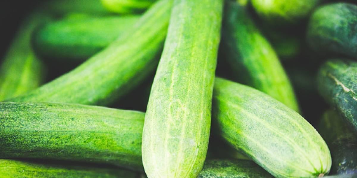 """""""Mi hijo pudo haber muerto"""": crece la alerta por agujas enterradas en frutas y verduras tras horrendo hallazgo de madre en un pepino"""