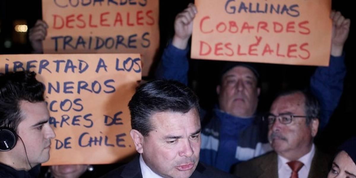 "Ejército de Chile fue criticado por manifestantes que protestaron salida de militares que ""honraron"" a Miguel Krassnoff"