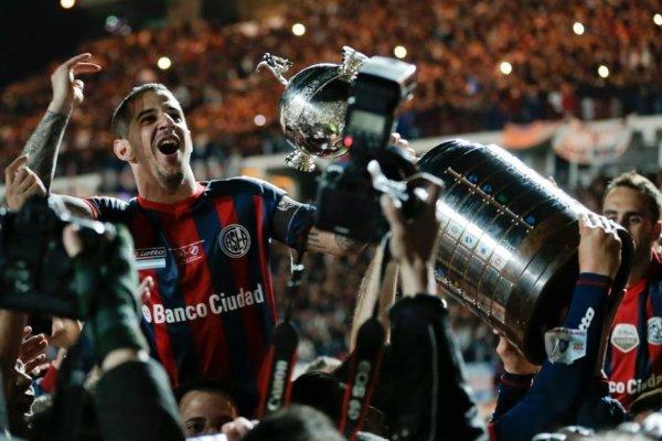 Leonardo Romagnoli ganó 6 títulos con San Lorenzo. Es el jugador con más copas en la historia del Cuervo / Foto: AP