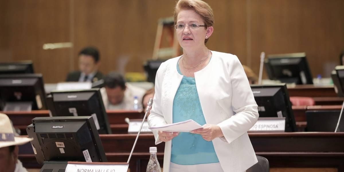 Asamblea Nacional destituye a Norma Vallejo por cobros indebidos