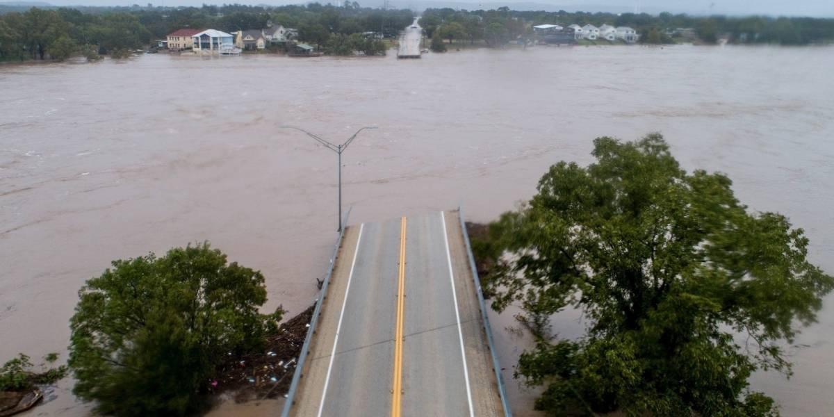 Inundaciones destruyen puente y obligan desalojo en Texas