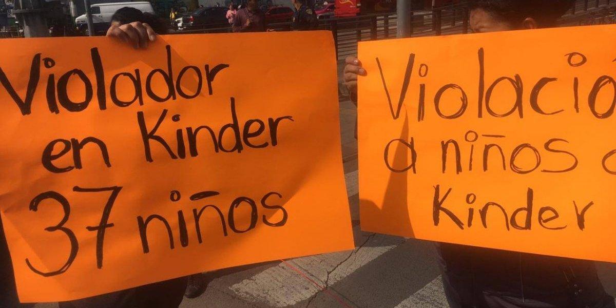Padres se manifiestan en San Juan de Aragón por presunta violación a 37 niños de kínder