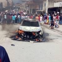 Caos en Posorja: linchan a supuestos secuestradores e incendian vehículos