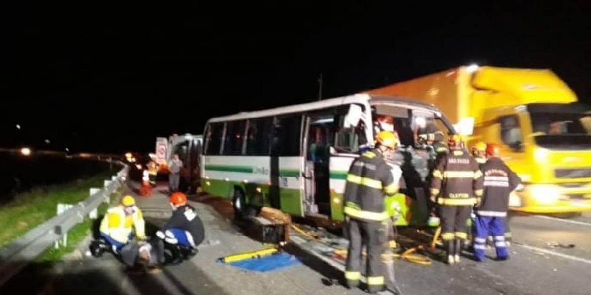 Micro-ônibus com estudantes colide em caminhão no interior de SP e fere oito