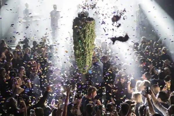"""La gente en Toronto se reúne en una sala de conciertos local para ver la """"caída del capullo"""" a la medianoche, en celebración de la legalización del uso recreativo de cannabis el 17 de octubre de 2018 en Canad"""