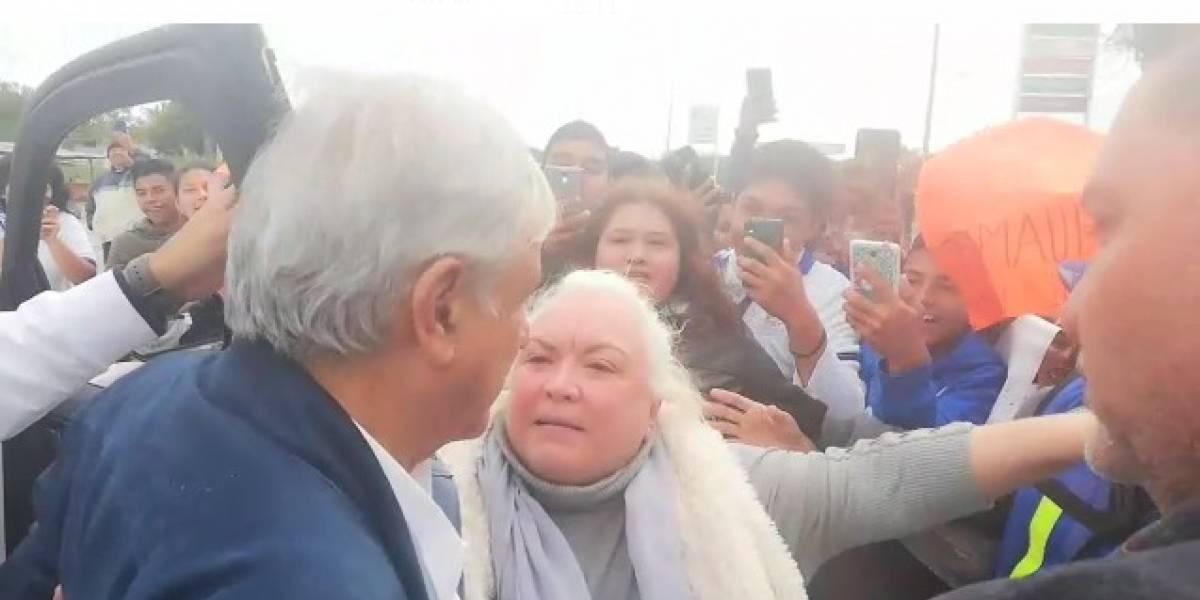 Pobladores detienen a AMLO en Tamaulipas para saludarlo