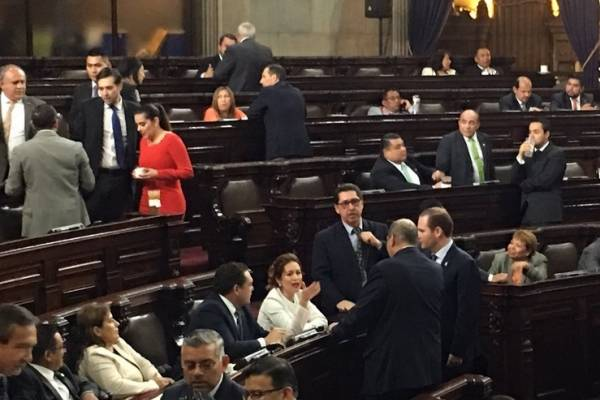 Arzú Escobar tuvo que bajarse de la directiva para hablar con varios diputados para poder iniciar la sesión.