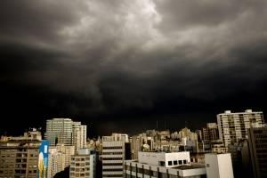 São Paulo tem chuva de granizo em alguns locais e entra em estado de atenção