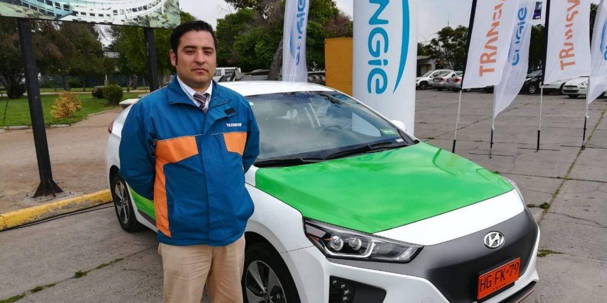 """Primeros conductores de los taxis eléctricos que ya circulan en Santiago: """"La gente cree que somos policías"""""""