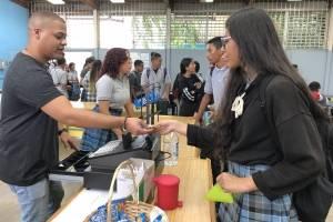 Estudiantes compran y hacen fila en La Posada Coop. / Foto: David Cordero Mercado