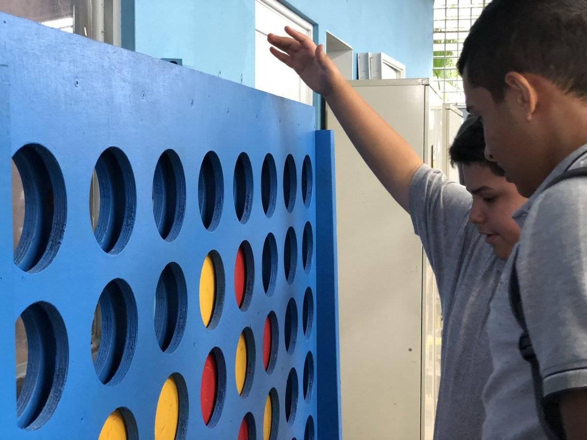 Estudiantes juegan Connect Four en la sede de La Posada Coop, que tras el huracán María se transformó en un centro de usos múltiples para los alumnos. / Foto: David Cordero Mercado