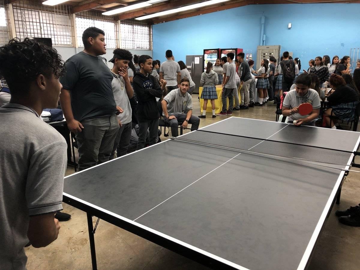 Estudiantes juegan ping-pong en la sede de La Posada Coop, que tras el huracán María se transformó en un centro de usos múltiples para los alumnos. / Foto: David Cordero Mercado
