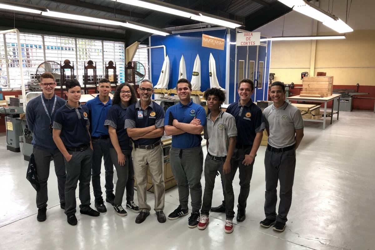 Estudiantes de Ébano Coop, junto al profesor Orlando Aponte, maestro consejero de la cooperativa. / Foto: David Cordero Mercado