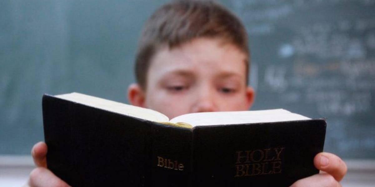 Controversia por exigencia de lectura de Biblia en escuelas