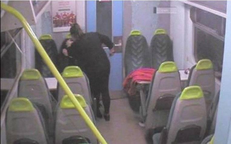 Exconvicta apuñala a su amiga en el tren